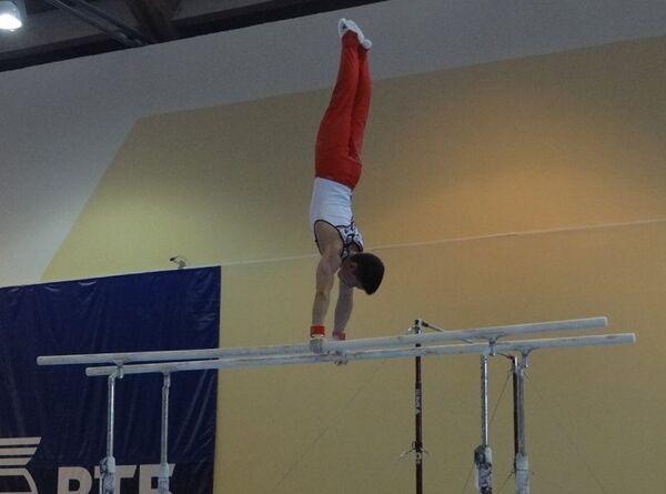 Гимнаст выступает на летней Спартакиаде учащихся России