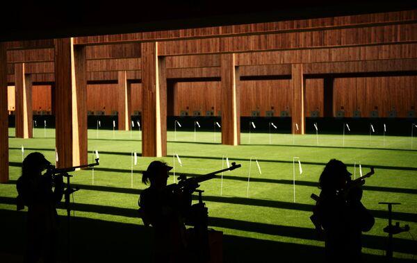 Спортсменки на соревнованиях по пулевой стрельбе на 50 м из винтовки из трех положений среди женщин на I Европейских играх в Баку