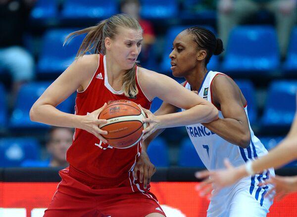 Центровая сборной России по баскетболу Наталья Виеру (слева) и центровая сборной Франции Сандрин Груда