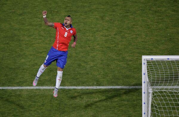 Полузащитник сборной Чили Артуро Видаль радуется забитому мячу