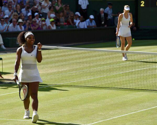 Серена Уильямс радуется победе над Марией Шараповой (на дальнем плане) в полуфинальном  матче Уимблдона