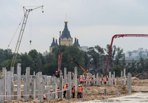 Рабочие на площадке, где идет строительство стадиона Нижний Новгород к чемпионату мира по футболу 2018 года