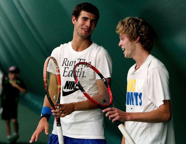 Теннисисты сборной России Карен Хачанов (слева) и Андрей Рублев на тренировке