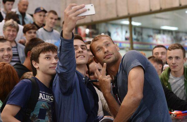 Защитник ПФК ЦСКА Василий Березуцкий (в центре справа) фотографируется с болельщиками