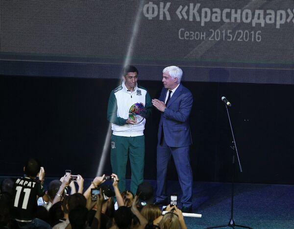 Генеральный директор ФК Краснодар Владимир Хашиг (справа) вручает приз лучшему игроку ФК Краснодар Одилу Ахмедову