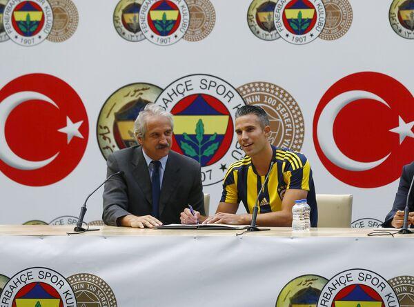 Нападающий турецкого Фенербахче и сборной Нидерландов по футболу Робин ван Перси (справа)
