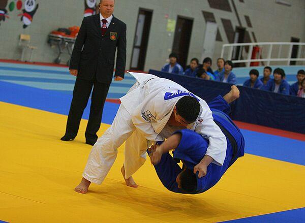 Спортсмены во время соревнования по дзюдо