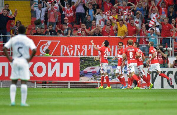 Игроки ФК Спартак радуются забитому голу