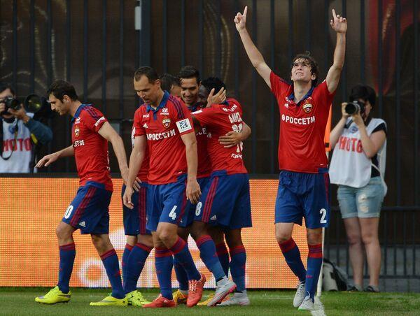 Игроки ЦСКА Алан Дзагоев, Сергей Игнашевич и Марио Фернандес (слева направо на первом плане) радуются победе