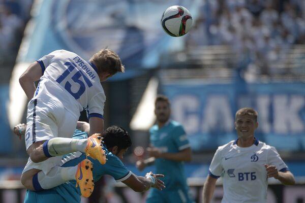 Защитник Динамо Томаш Губочан, форвард Зенита Халк и полузащитник Динамо Игорь Денисов (слева направо)