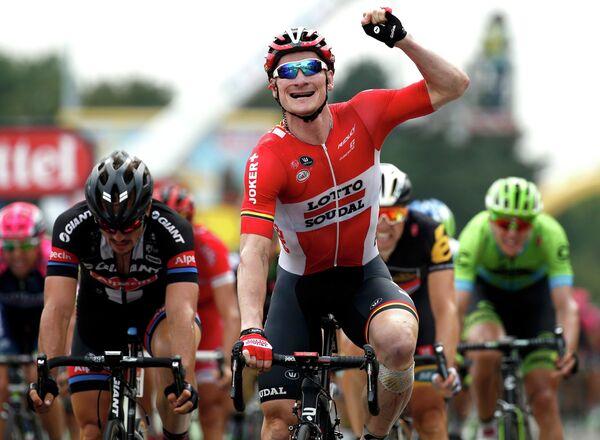 Немецкий велогонщик команды Lotto-Soudal Андре Грайпель (в центре)