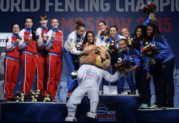 Спортсмены сборной России, завоевавшие серебряные медали, спортсмены сборной Италии, завоевавшие золотые медали, спортсмены сборной Франции, завоевавшие бронзовые медали (слева направо)