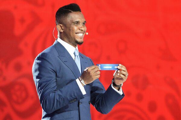 Трехкратный победитель Лиги чемпионов, камерунский футболист Самюэль Это'о на церемонии предварительной жеребьевки чемпионата мира по футболу 2018 по футболу
