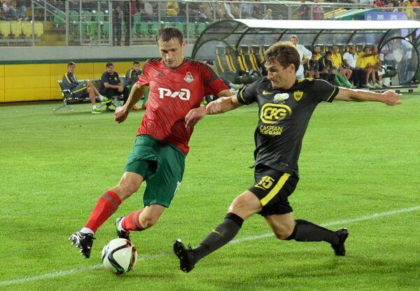 Защитник Анжи Георгий Зотов (справа) и хавбек Локомотива Александр Коломейцев