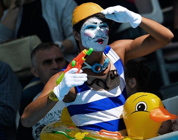 Артист во время матча первого предварительного раунда по водному поло среди женщин