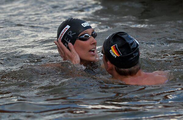 Спортсмены сборной Германии Роб Муффельс и Изабель Франциска Харле после финиша соревнований по плаванию на открытой воде