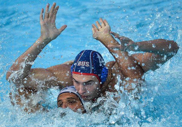 Игрок сборной Греции по водному поло Константинос Мурикис (слева) и игрок сборной России Игорь Бычков