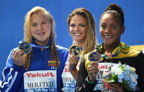 Рута Мейлютите (Литва) - серебряная медаль, Юлия Ефимова (Россия) - золотая медаль, Алия Аткинсон (Ямайка) - бронзовая медаль (слева направо)