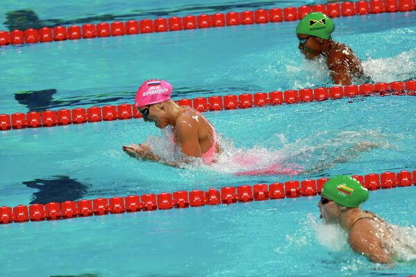 Юлия Ефимова (крайняя слева) на дистанции 100 м брассом в финале среди женщин на XVI чемпионате мира по водным видам спорта в Казани