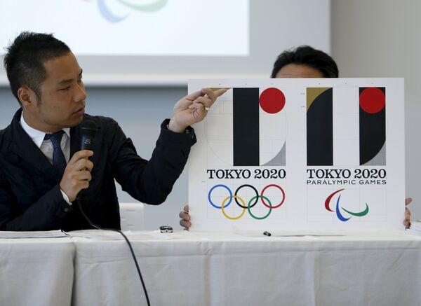 Японский художник Кэндзиро Сано и эмблема Олимпиады-2020 в Токио
