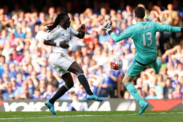 Вратарь Челси Тибо Куртуа и нападающий Суонси Бафетимби Гомис (справа налево)