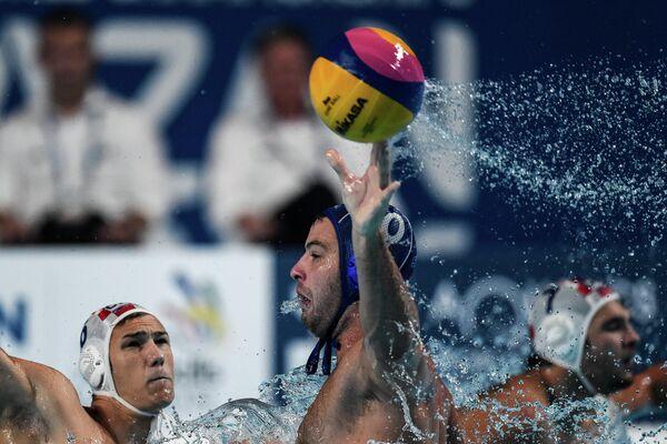 Игрок сборной Сербии по водному поло Филип Филипович (в центре)