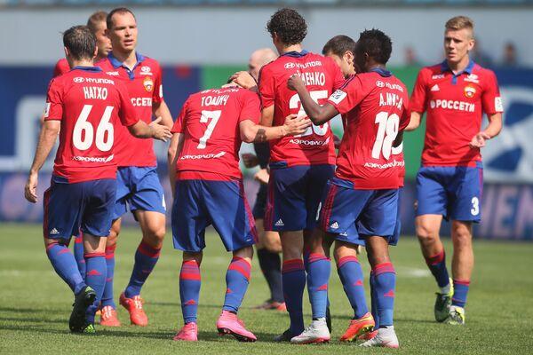 Футболисты ЦСКА радуются забитому голу