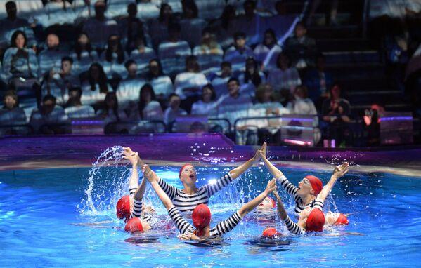 Артисты на церемонии закрытия XVI чемпионата мира по водным видам спорта в Казани