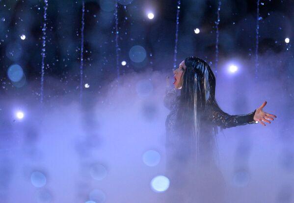 Артистка выступает на церемонии закрытия XVI чемпионата мира по водным видам спорта в Казани
