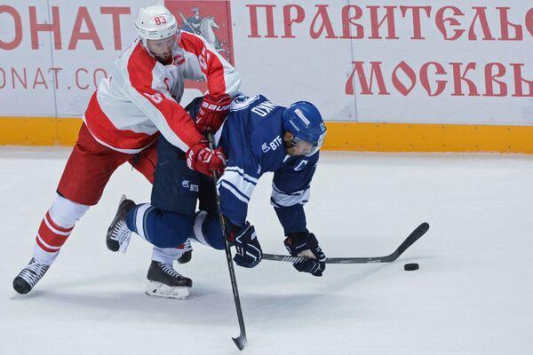 Форварды Спартака Глеб Клименко (слева) и Динамо Юрий Бабенко