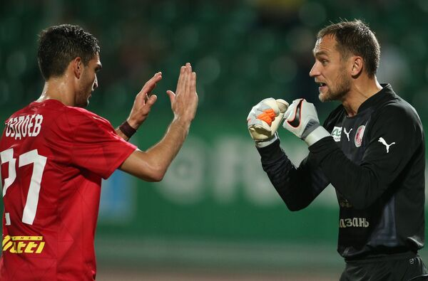 Полузащитник Рубина Магомед Оздоев (слева) и вратарь Рубина Сергей Рыжиков