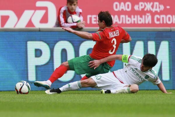 Полузащитник Локомотива Алан Касаев (слева) и защитник Терека Ризван Уциев