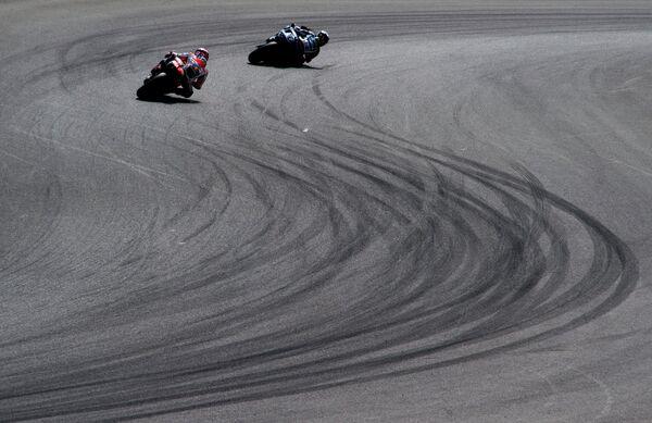 Спортсмены во время Гран-при по шоссейно-кольцевым мотогонкам в классе MotoGP