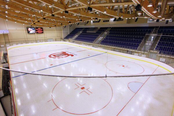 Большая ледовая арена для занятий хоккеем