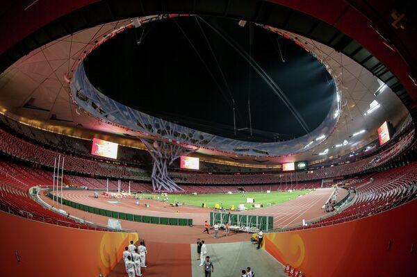 Стадион Птичье гнездо в Пекине во время подготовки к старту соревнований чемпионата мира по легкой атлетике