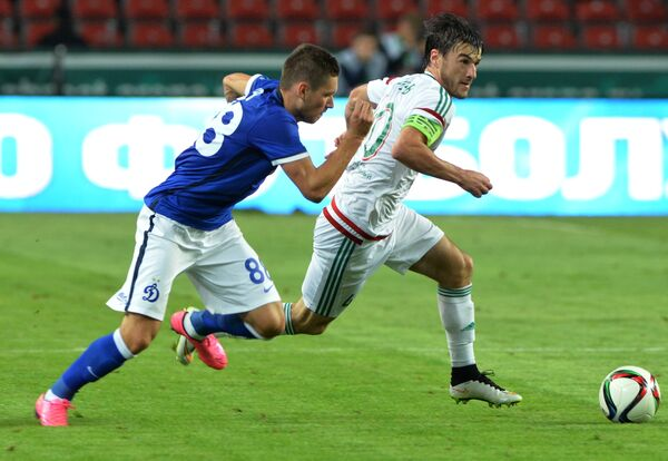 Защитник Терека Ризван Уциев и полузащитник Динамо Александр Ташаев (слева)