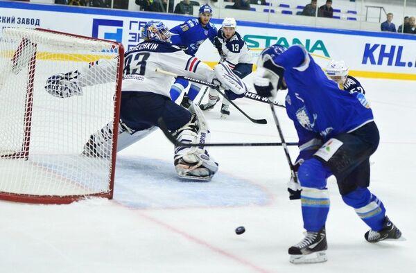 Игровой момент матча Барыс - Металлург (Магнитогорск)