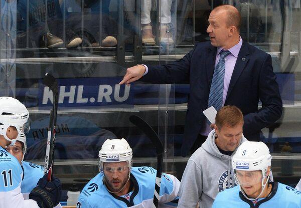 Главный тренер ХК Сибирь Андрей Скабелка (во втором ряду справа)