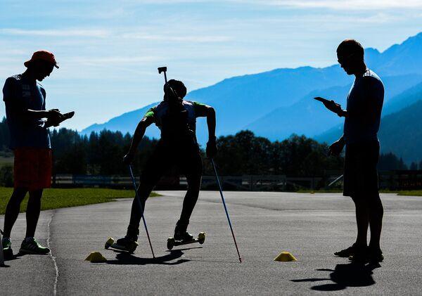Спортсмен на тренировке мужской национальной сборной России по биатлону в Австрии