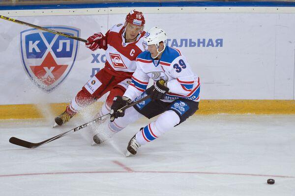 Нападающий Спартака Максим Потапов (слева) и защитник Лады Марк Флад