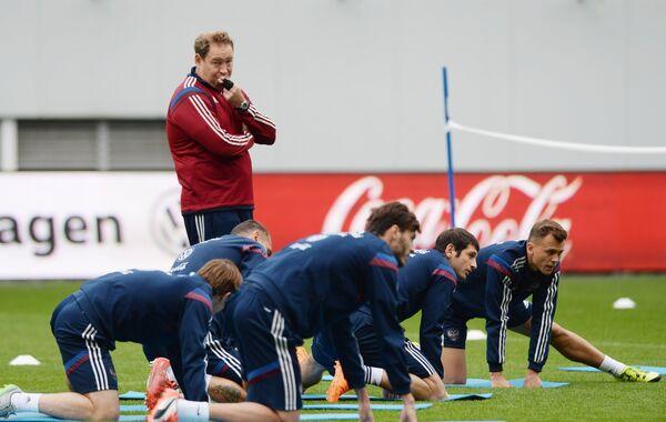 Главный тренер сборной России по футболу Леонид Слуцкий (слева) во время тренировки