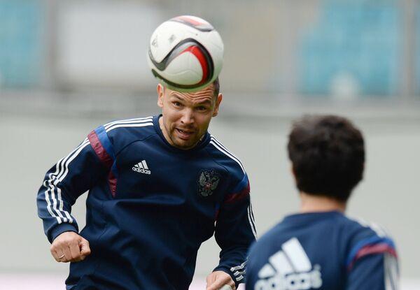 Защитник сборной России по футболу Сергей Игнашевич (слева)
