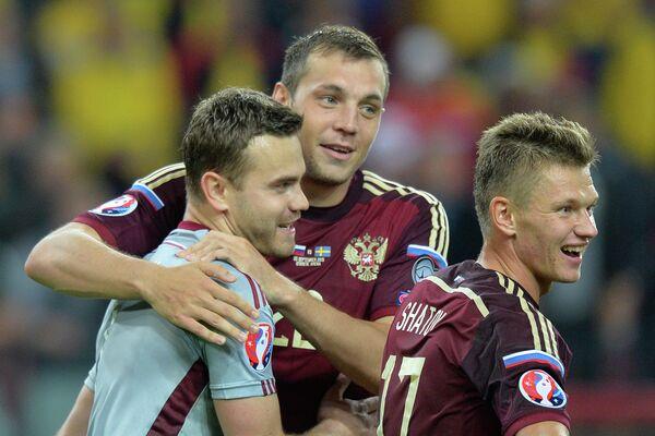 Футболисты сборной России Игорь Акинфеев, Артем Дзюба и Олег Шатов (слева направо)