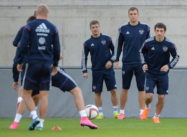 Игроки сборной России по футболу Алан Дзагоев, Артём Дзюба (справа налево)