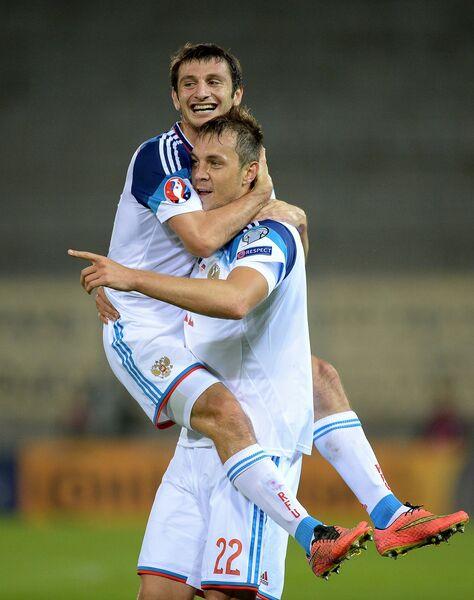 Игроки сборной России Алан Дзагоев (слева) и Артем Дзюба