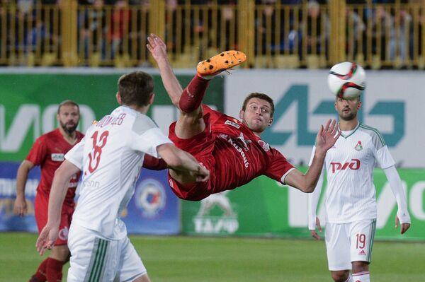 Полузащитник ФК Рубин Руслан Камболов (в центре)