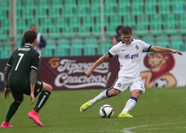 Полузащитник Краснодара Павел Мамаев (слева) и полузащитник Динамо Игорь Денисов