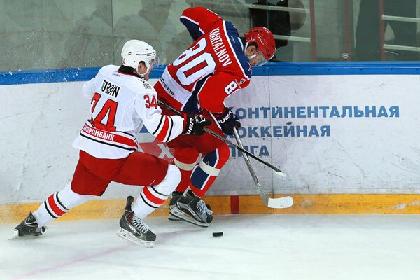 Нападающий Автомобилиста Павел Турбин (слева) и нападающий ЦСКА Никита Квартальнов