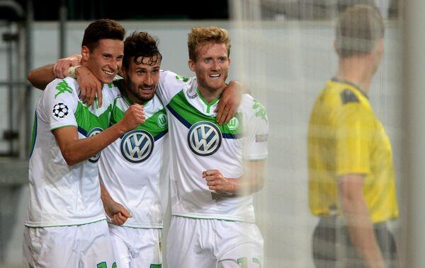 Футболисты Вольфсбурга радуются голу, забитому в ворота ЦСКА