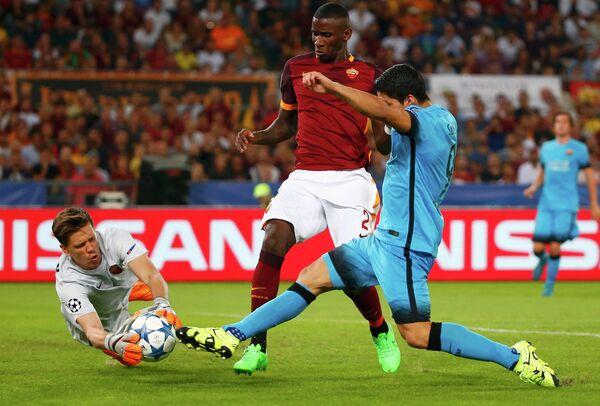 Голкипер Ромы Войцех Щенсный и нападающий Барселоны Луис Суарес (слева направо на переднем плане)
